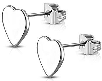 Hjärtformade örhängen i stål. Storlek cirka 7x8 mm. OBS. Örhängena är blanka och hela örhängena är ofärgade. Örhängena ser vita ut på bildens framsida på grund av reflex vid bildtagning.