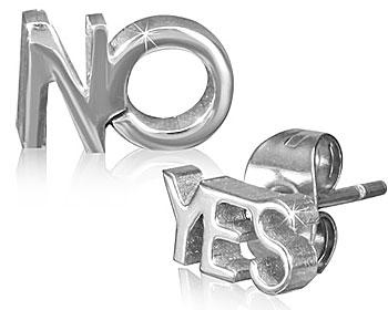 """Örhängen i stål. Text: """"YES"""" på ena örhänget och """"NO"""" på det andra."""