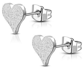 Hjärtformade örhängen i stål. Mått 10x9 mm.