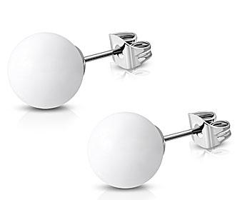 Runda vita örhängen. Diameter cirka 8 mm.
