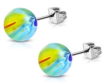 Olikfärgade örhängen. 4 mm. OBS färgerna varierar och örhängena ser därför olika ut.