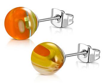 Olikfärgade örhängen. 4 mm. OBS örhängena har olika färger och ser därför olika ut.