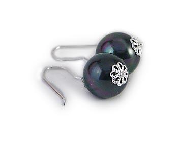 Mycket vackra örhängen i 12mm snäckskalspärlor. Silverkrok.