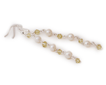 Pärlörhängen i vita odlade sötvattenpärlor och kristaller.