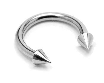 Piercingsmycke i kirurgiskt stål. Tjocklek cirka 1,6 mm, diameter cirka 10 mm.