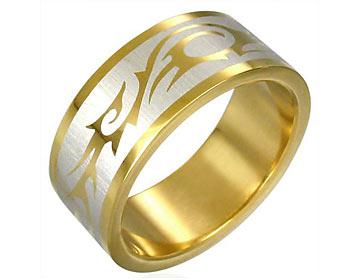 Guldplätterad stålring gjord i kirurgiskt stål. Bredd cirka 8 mm.