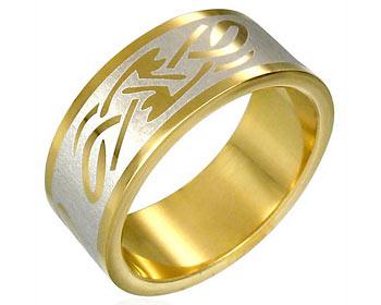 Stålring gjord i kirurgiskt stål med guldplättering. Bredd cirka 8 mm.