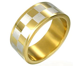 Guldplätterad ring gjord i kirurgiskt stål. Bredd cirka 8 mm.