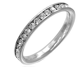 Smal ring i kirurgiskt stål och cz-stenar. Bredd ca. 2,5 mm.