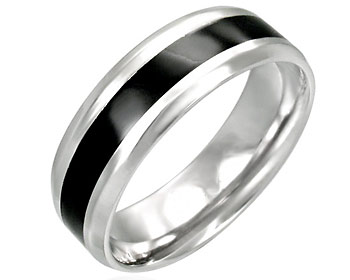 Stål ring gjord i kirurgiskt stål. Bredd cirka 7 mm.