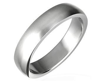Förlovningsringar i stål. Bredd nästan 5 mm.