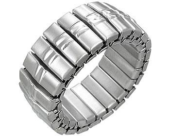 Ring i stål, töjbar. Bredd cirka 7 mm.
