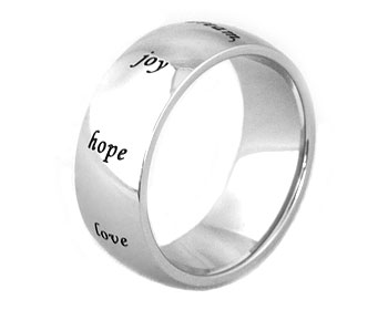 "Ring med text gjord i kirurgiskt stål. På ringen står följande: ""love, hope, joy, dream, soul, faith, grow, live, peace"". Bredd ca 8 mm."