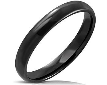 Smal svart ring i stål. Bredd cirka 4 mm. Höjd cirka 2 mm.