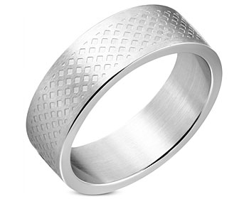 Mönstrad ring i stål. Bredd cirka 8 mm.