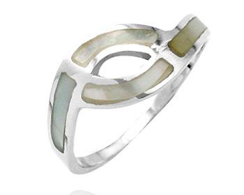 Silverring gjord i 925 silver och pärlemor.